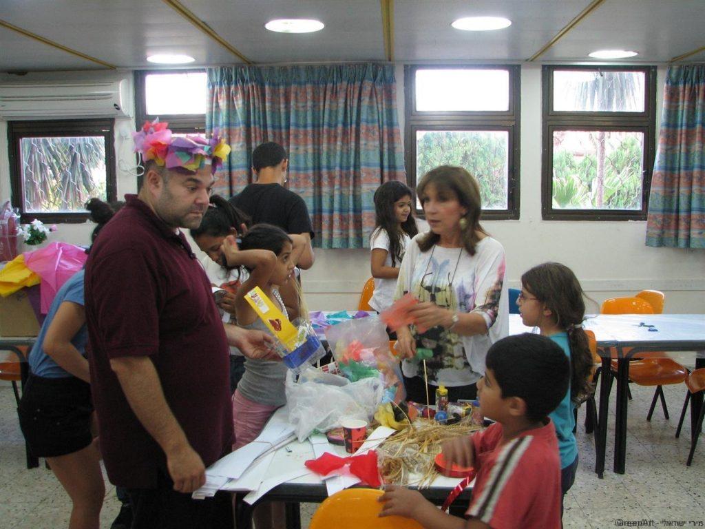 סדנת יצירה למשפחות להכנת טנא וזרים לשבועות