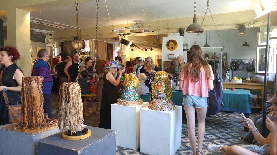 מבקרים בתערוכת חיבוק ירוק 2 - אמנים למען הסביבה