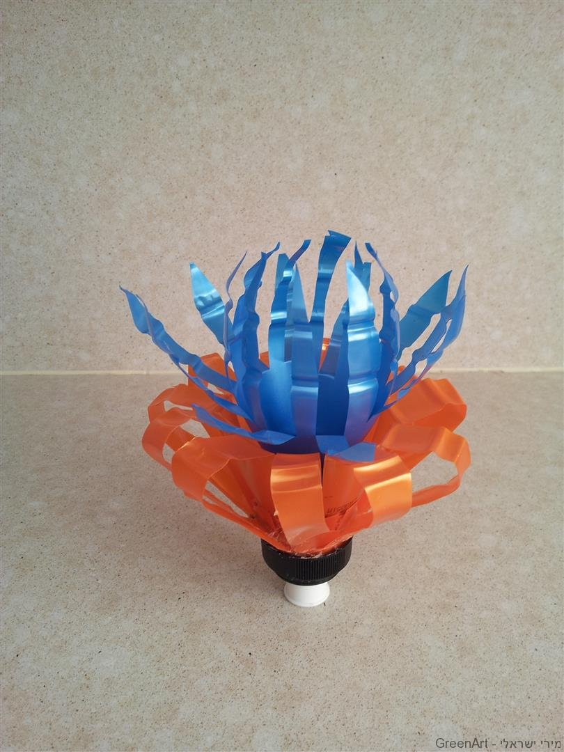 עיצוב פרחים מרהיבים מבקבוקי פלסטיק צבעוניים