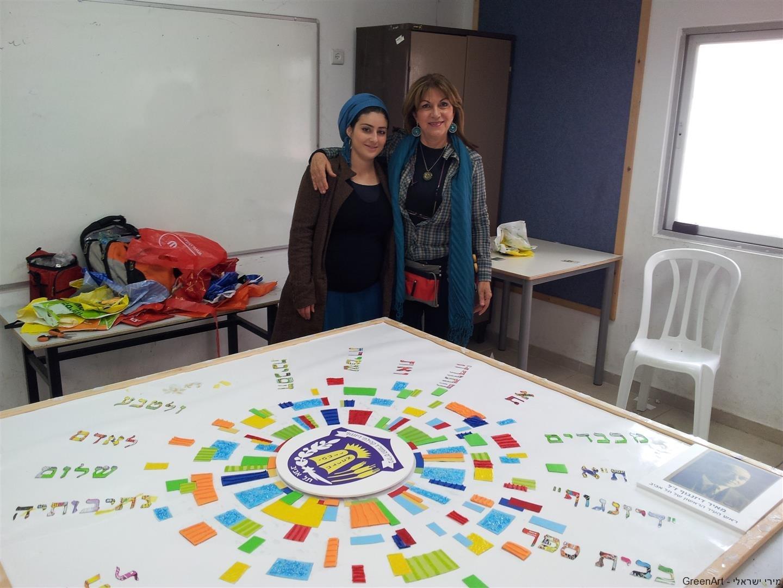 אני ואליאונורה המורה האחראית על הכנת המיצב הסביבתי
