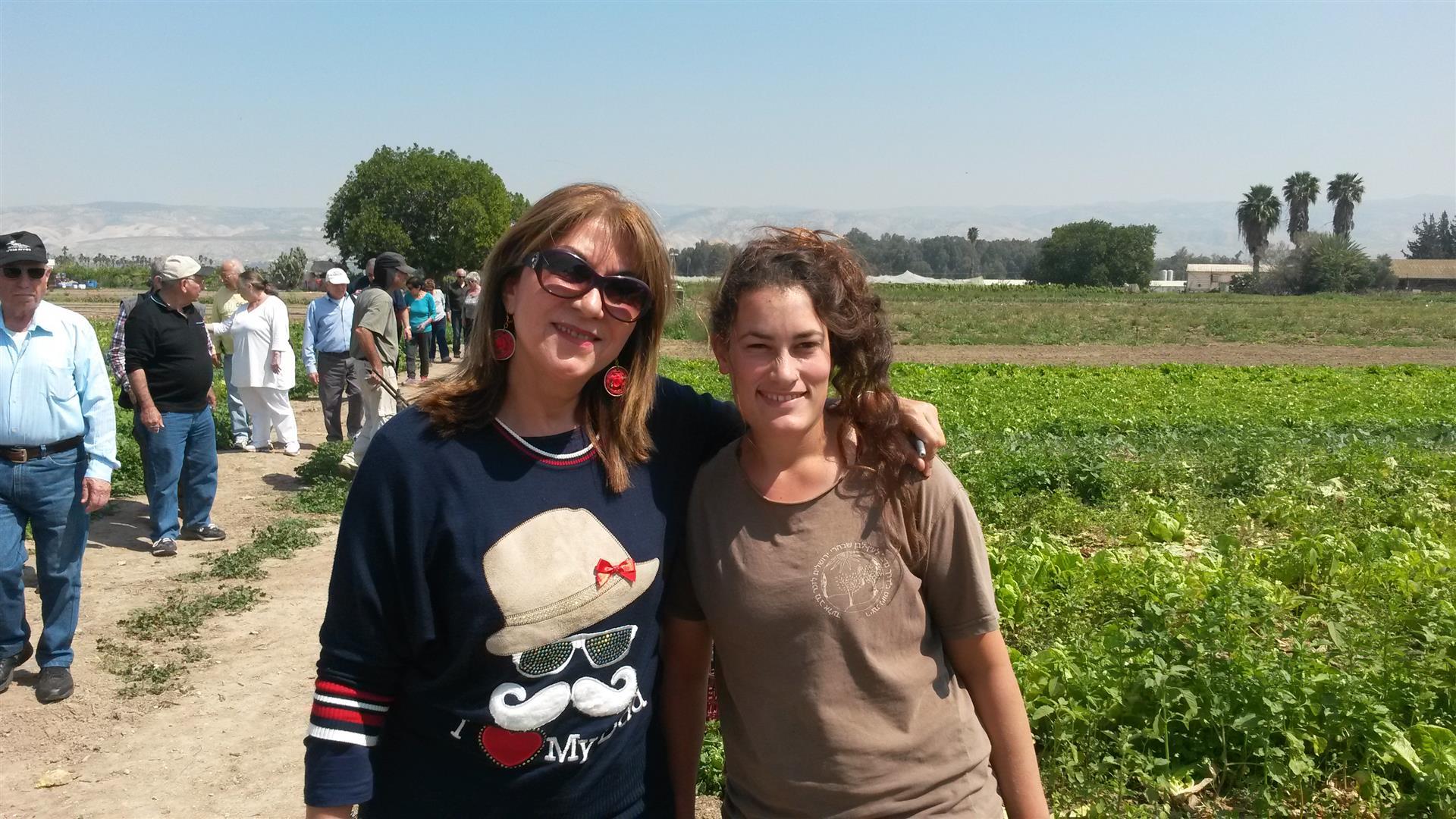 אני עם חברת צוות העובדים בחקלאות האורגנית של הקיבוץ