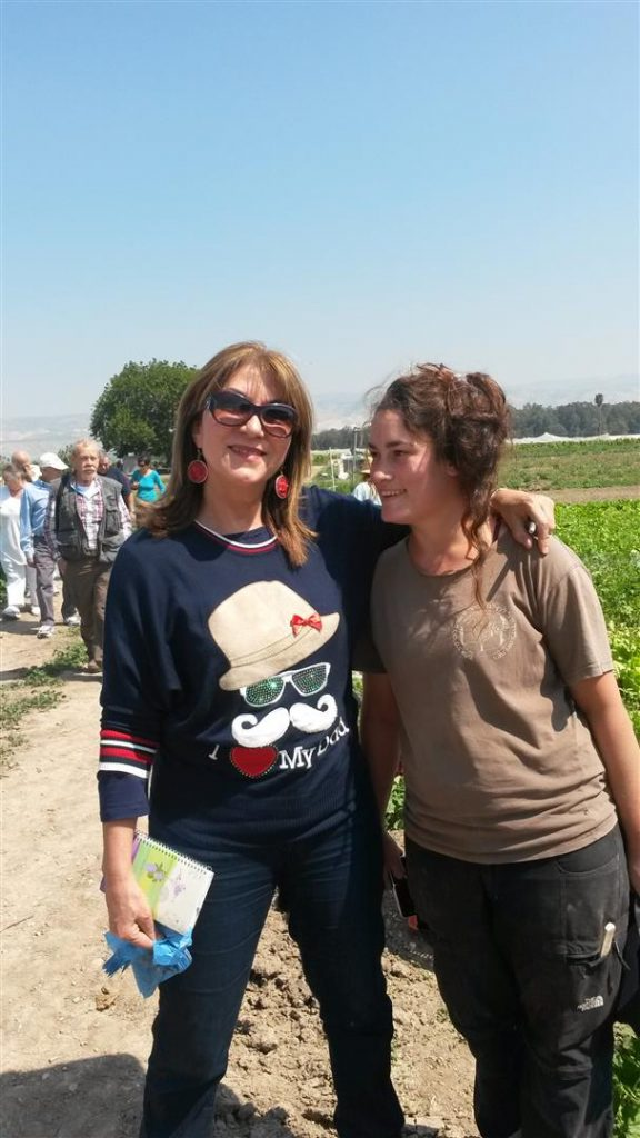 עם חברת צוות העובדים בחקלאות האורגנית של הקיבוץ