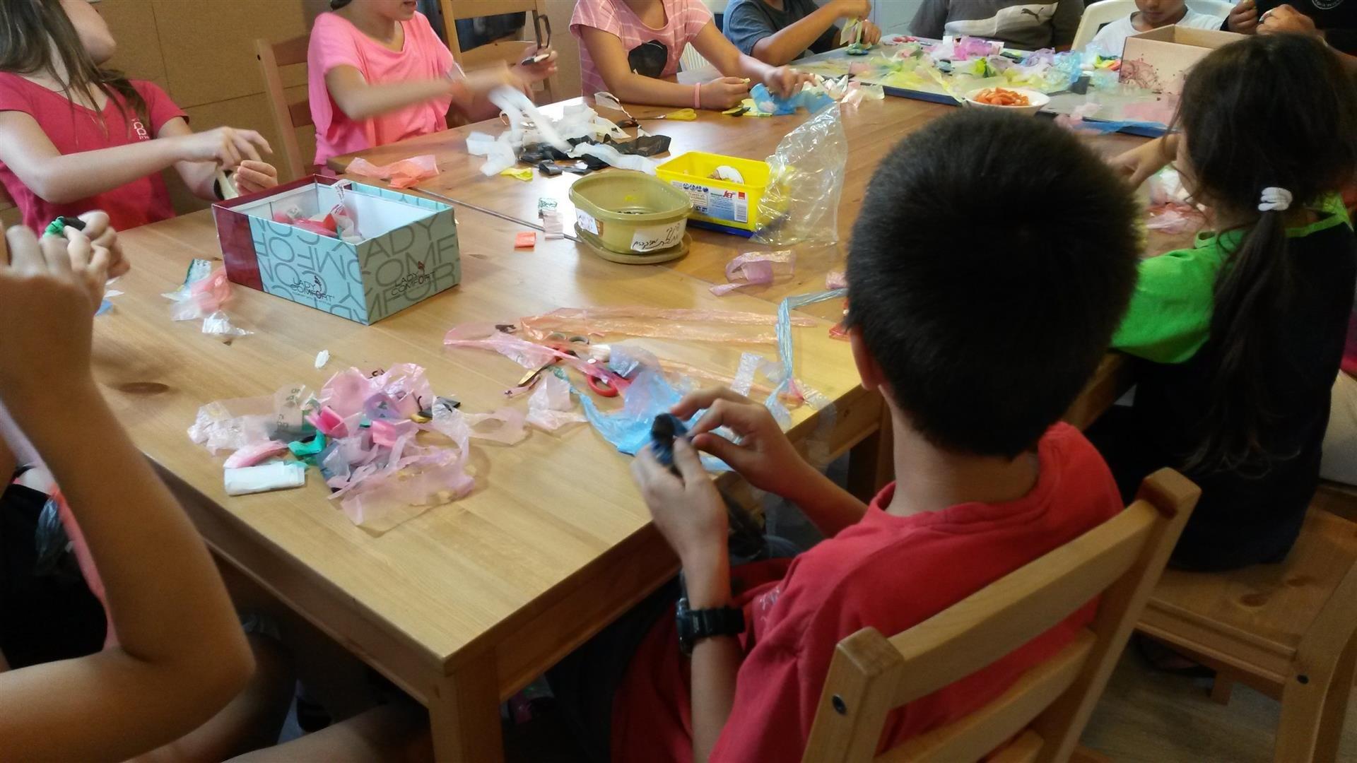 ילדי הכפר הירוק ביצירה משקיות ניילון ממוחזרות