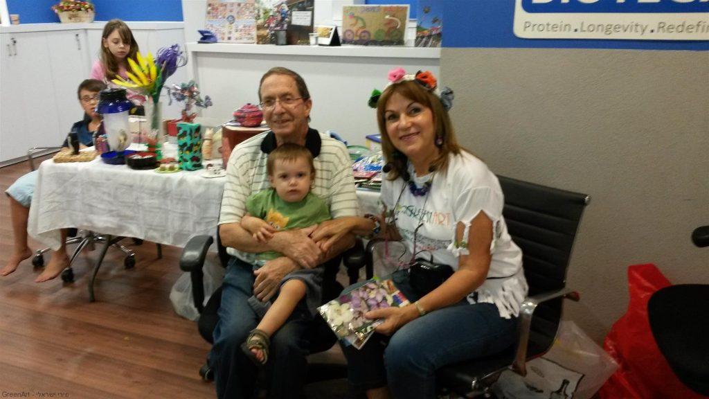 סבתא וסבתא עם יובלי בסדנה הירוקה למשפחות העובדים