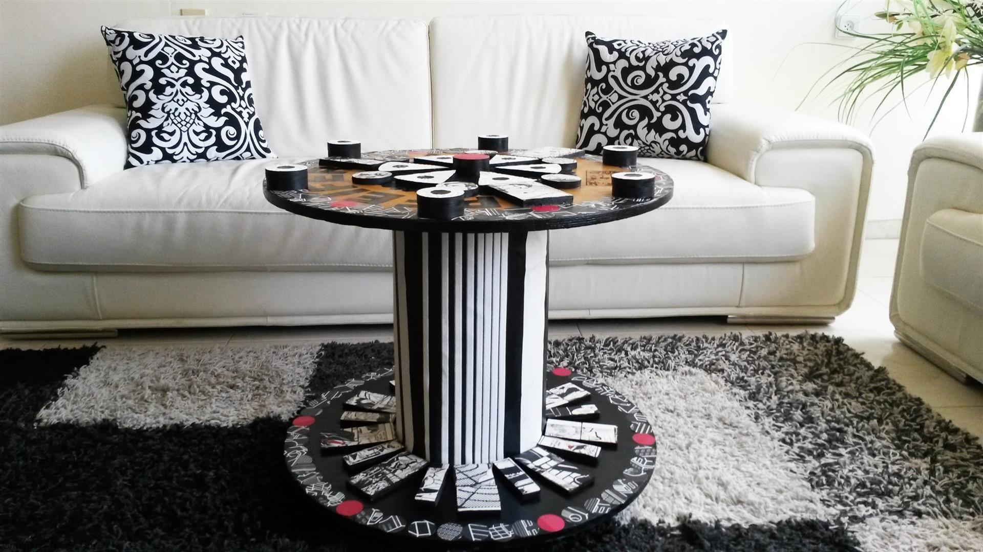 אמנות אקולוגית מחידוש גלגל עץ ישן ושאריות חלקי עץ וניירכה לשולחן מעוצב בסגנון פופ ארט