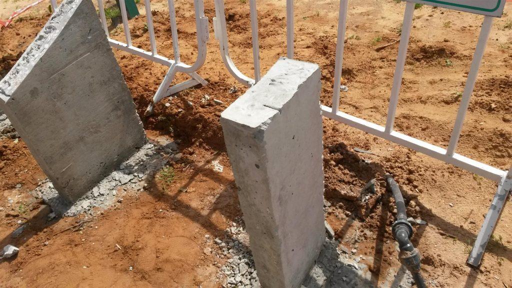 עמודי הבטון לפני פיסול הפסיפס על העמודים החשופים