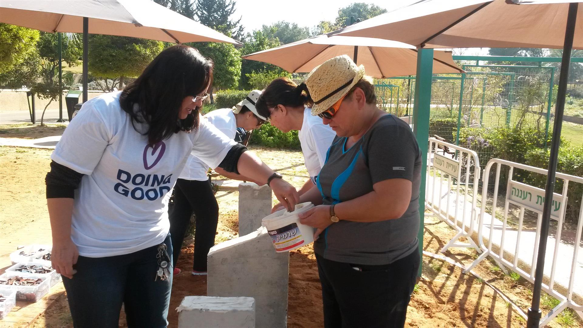 אמנים מתנדבים ועובדי האגף לשרותים חברתיים בעיריית רעננה