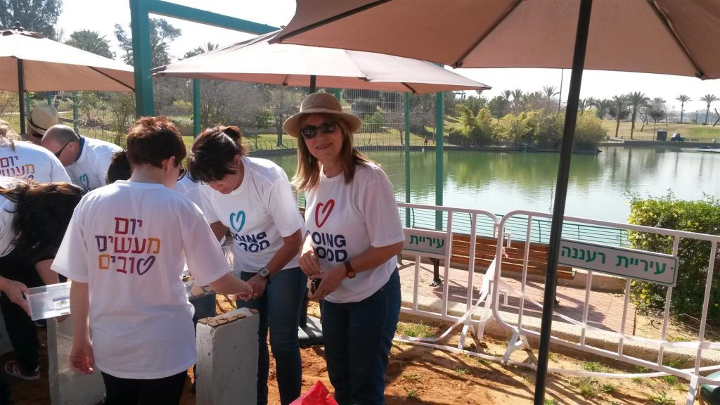 מתנדבי העיר ועובדי האגף לשרותים חברתיים בעיריית רעננה