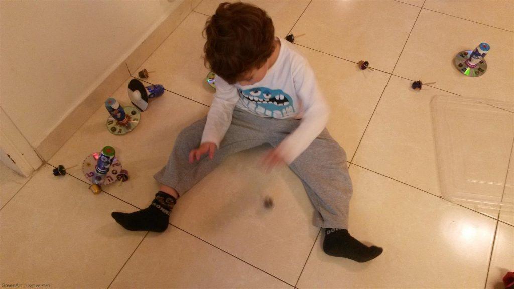 רון נכדי נהנה מהסביבונים הזוהרים שיצר מחומרים ממוחזרים