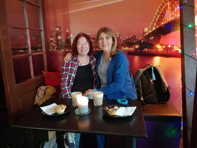 עם ג'ני בהפסקת קפה ומאפה כמנהג הדנים העושים Hygge