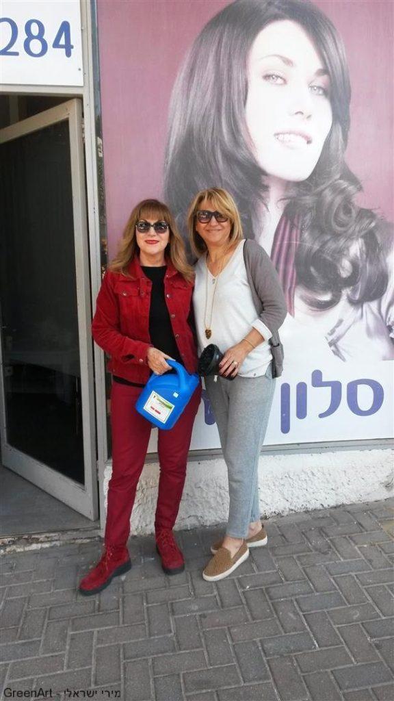 מירי ישראלי עם הספרית רחל - מסלון רחל- רעננה ופסולת המספרה שקמה לתחייה מחודשת