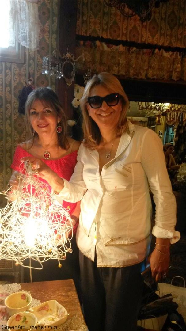 רחל חברתי היקרה מקבלת את מנורת הקולבים ליום הולדתה