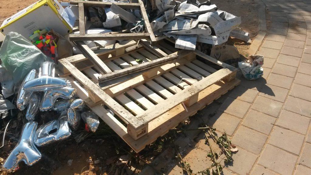 פסולת משטחי עץ ישנים שהשתבחו והפכו לאדניות תלויות לטיפוח סביבה ירוקה