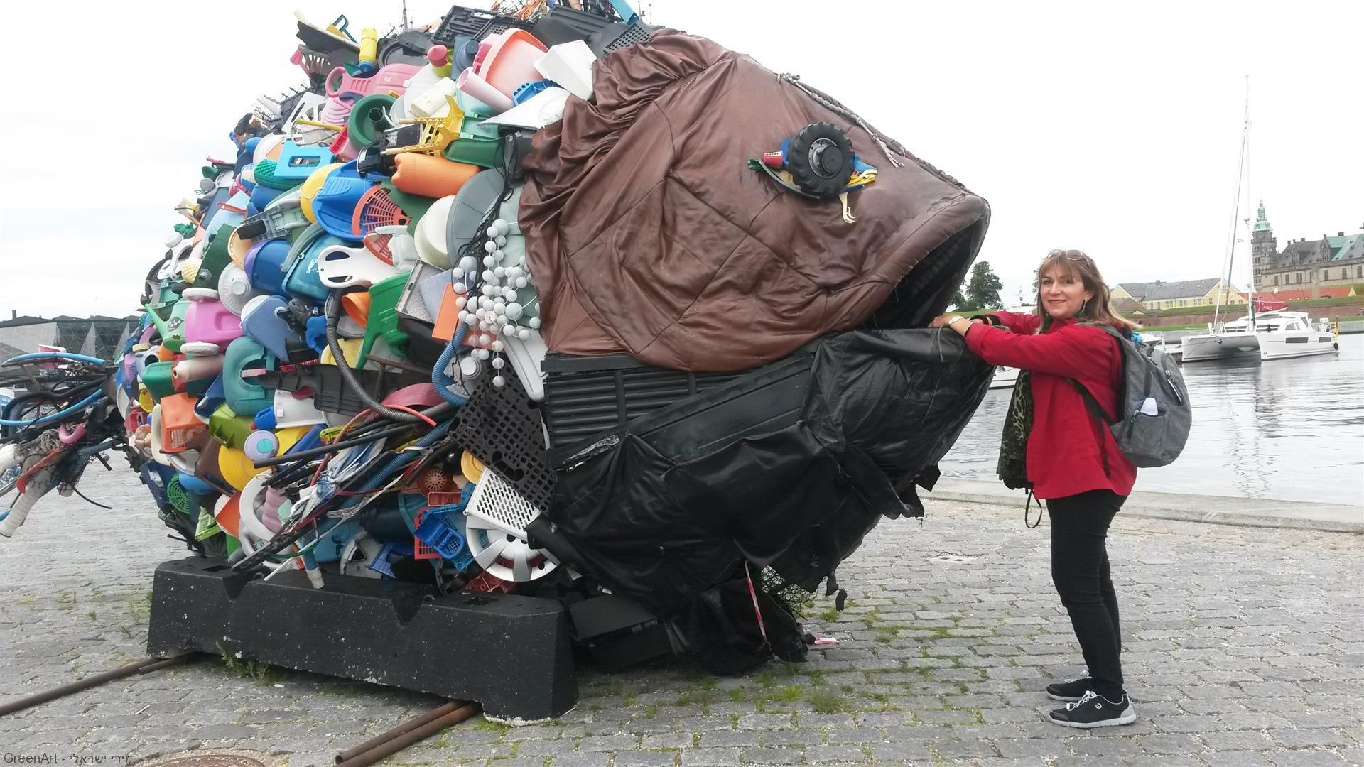 פיסול סביבתי במרכז התרבות של  קרונבורג שבוצע עם הקהילה לקידום המודעות לשימור הסביבה