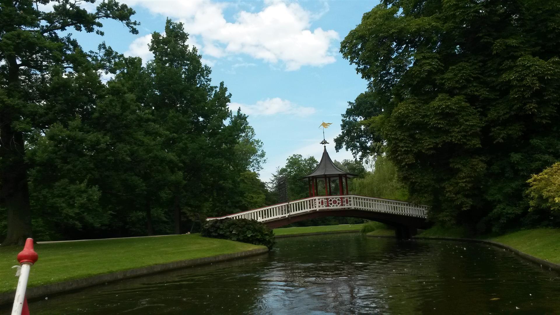 גשר מבנים והרבה ירוק על המים שייט קסום בגני פרדריקסברג