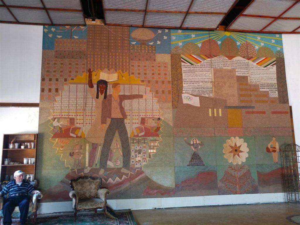 אמן הטבע מלך ברגר ליד אחת יצירותיו הגדולות -אמנות מהטבע עם מסר לשלום ואהבת הטבע