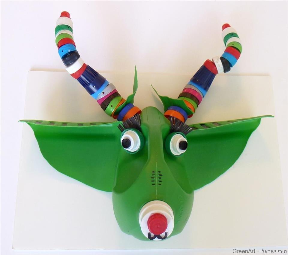 פיסול מפסולת של פלסטיק - חיה ירוקה