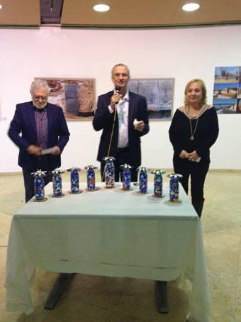 ראש עיריית רעננה בטקס הדלקת נרות בחנוכיה שלי שהוצגה בגלריה על האגם ברעננה