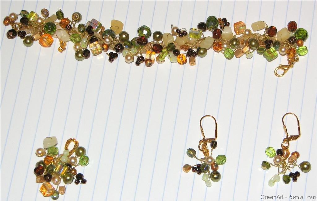 סט של צמיד ועגילים שזור בחרוזים ופנינים