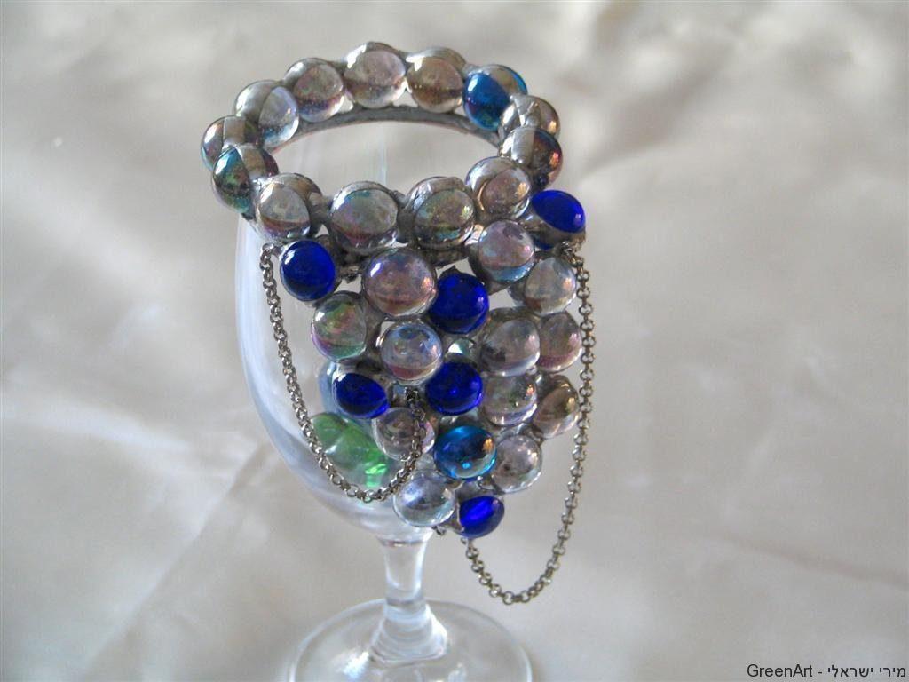 כוס זכוכית מעוטרת בזכוכיות