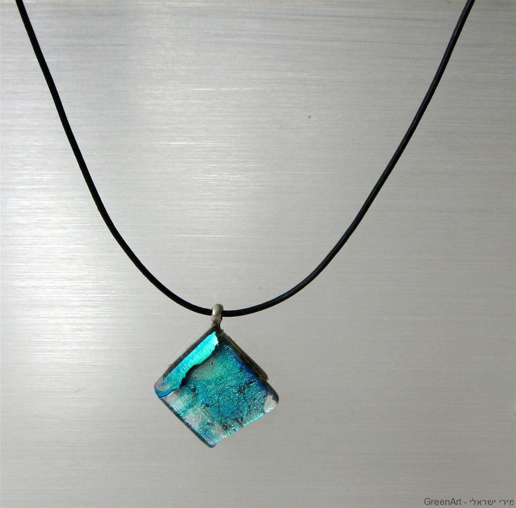 שרשרת עם אבני זכוכית בפיוזינג