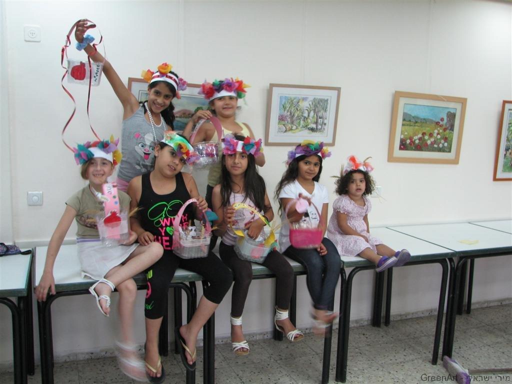 ילדי שכונת מטלון בסדנה לטנא וזר לחג שבועות מחומרים ממחוזרים