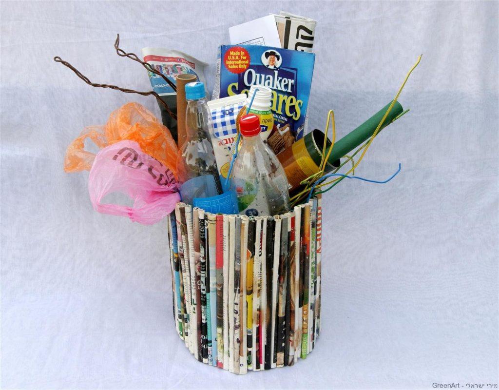 פח ממגזינים של עיתונים צבעוניים אומנות המיחזור