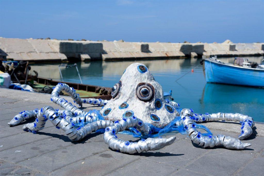 תמנון כחול הטבעות חנוק משקיות ניילון - אמנות אקולוגית כמסר לאדם