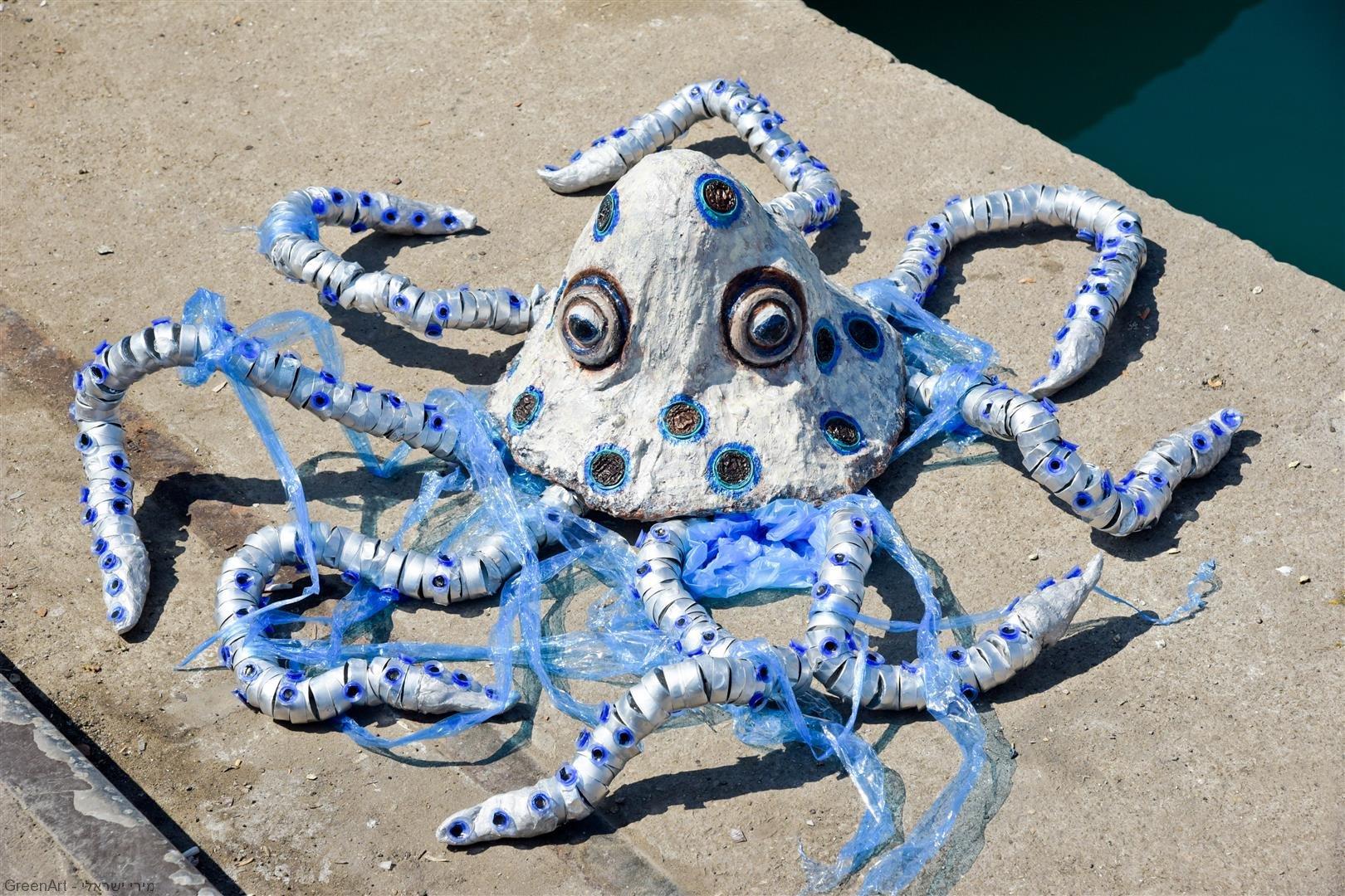 תמנון הטבעות הכחולות- פיסול אמנות אקולוגית למען היצורים הימיים הנפגעים משקיות הניילון שבאוקיינוסים