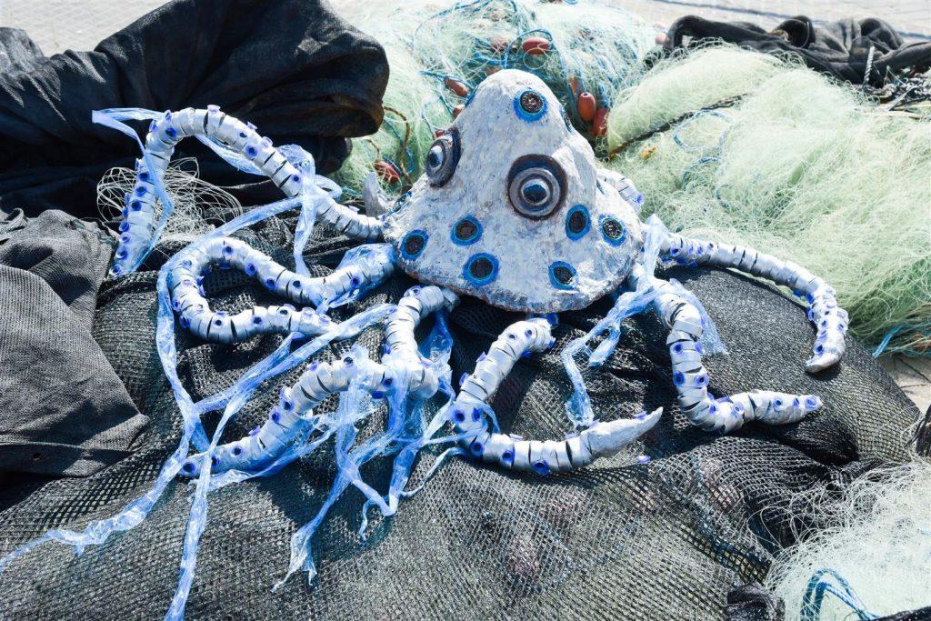 תמנון הטבעות הכחולות נלכד ברשת הדייגים ונאבק בשקיות הניילון החונקות את גופו