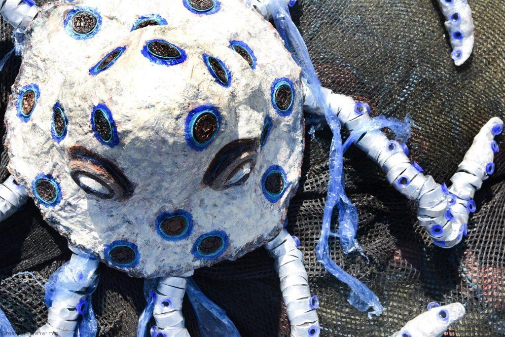 אמנות אקולוגית כמסר לאדם  הפוגע בבעלי החיים הימיים הנחנקים משקיות הניילון. ECO ART