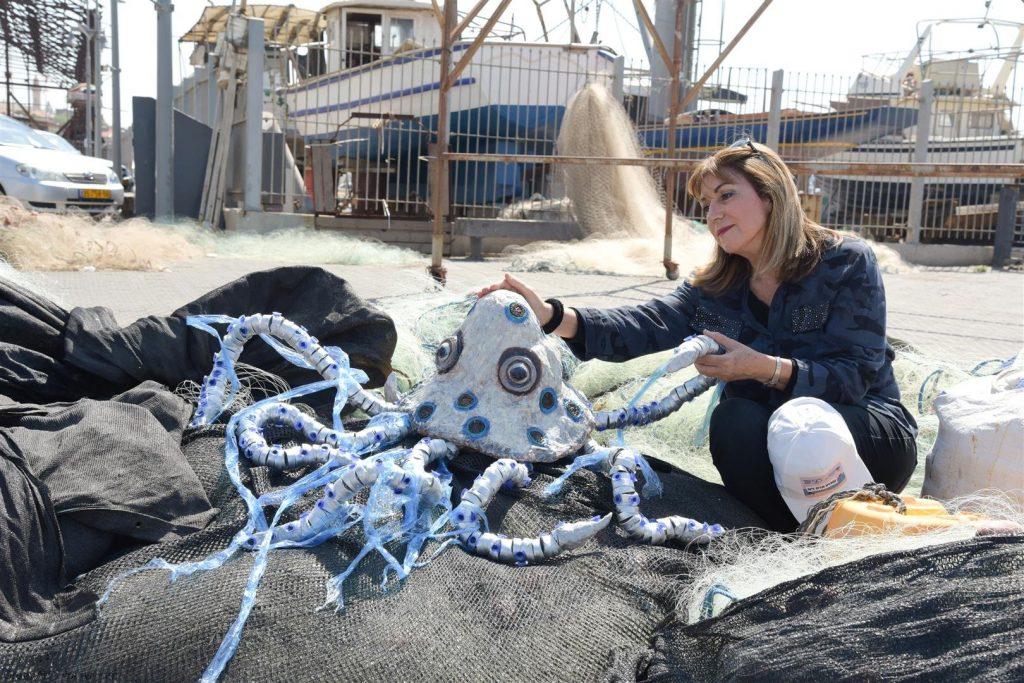 התמנון שלי רוצה לצאת לחירות משקיות הניילון שלכדו אותו באוקיינוס
