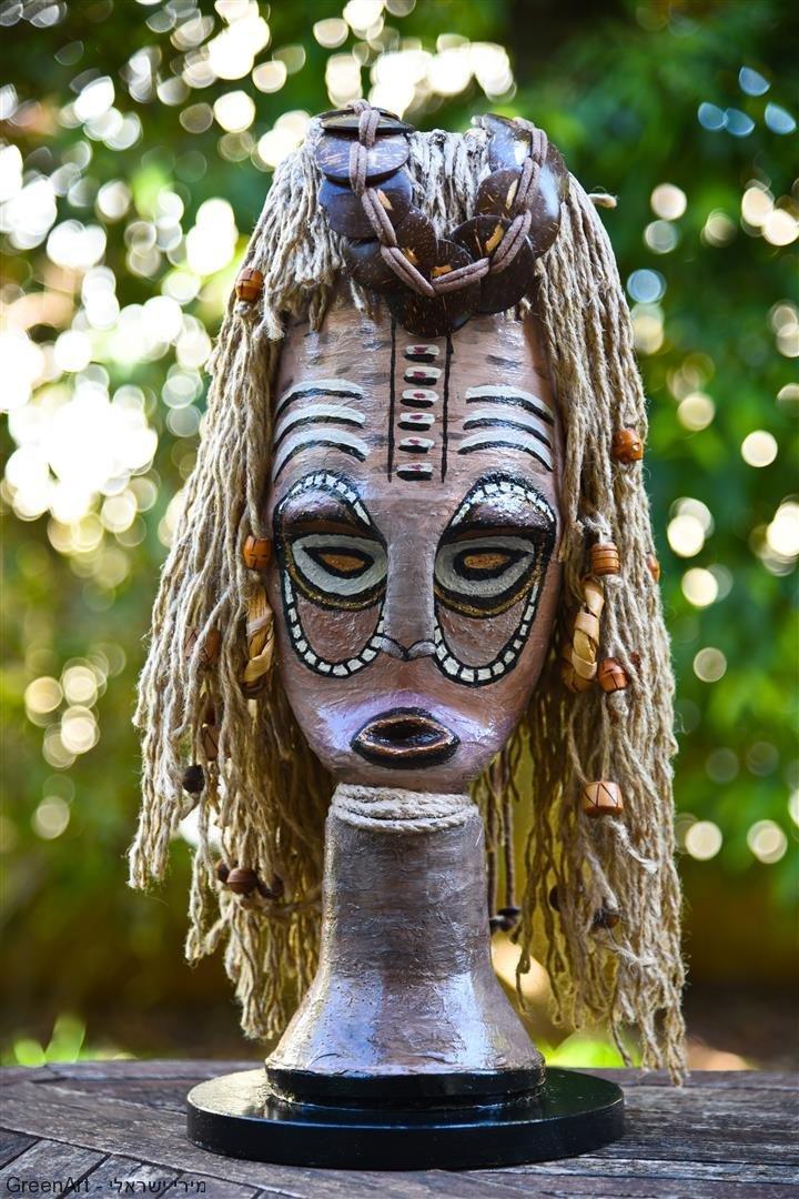 המסכה האפריקאית על רקע הטבע- מסר להסיר את המסכה לצורך בשינוי ירוק בסביבה