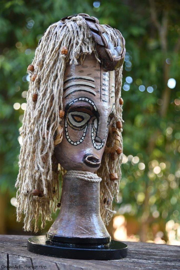 מבט צד למסכה האפריקאית מפסולת מוצרי פסלטיק