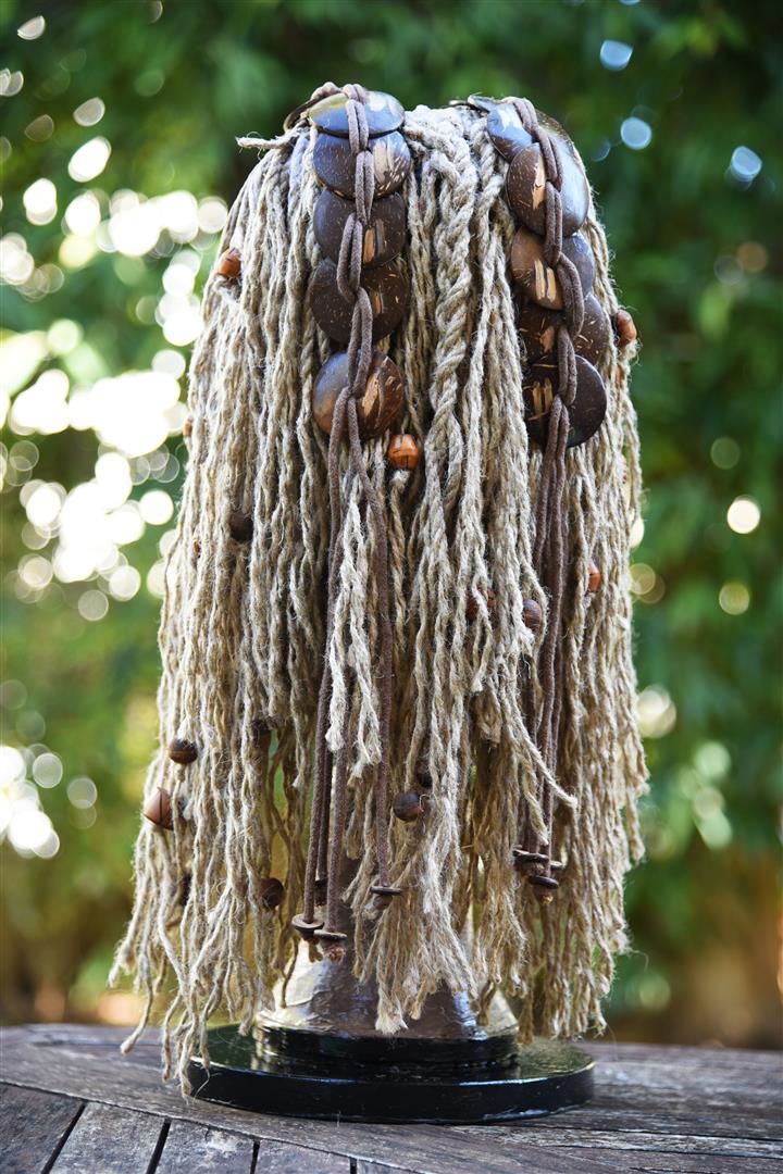 שיער המסכה ששזור מחבלים ישנים מעוטר בחרוזי עץ