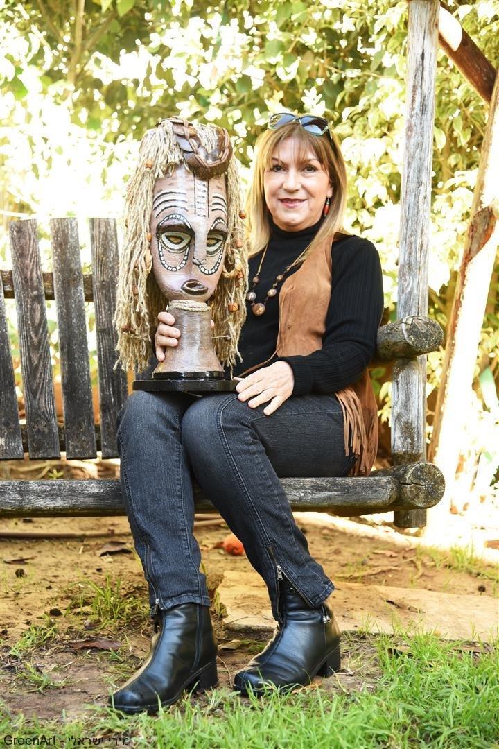 מירי ישראלי עם המסכה האפריקאית מפסולת בשימוש חוזר - Eco Art