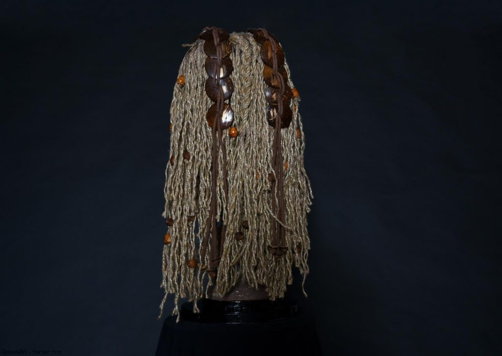 עיצוב השיער מחבלים וחרוזי עץ ישנים- אמנות המיחזור עם מסר לחברה