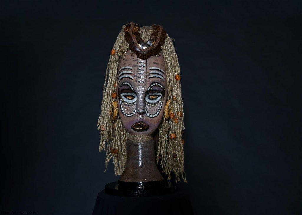 המסכה האפריקאית על רקע שחור דרמטי- צילום בסטודיו של ויקי מוצפי