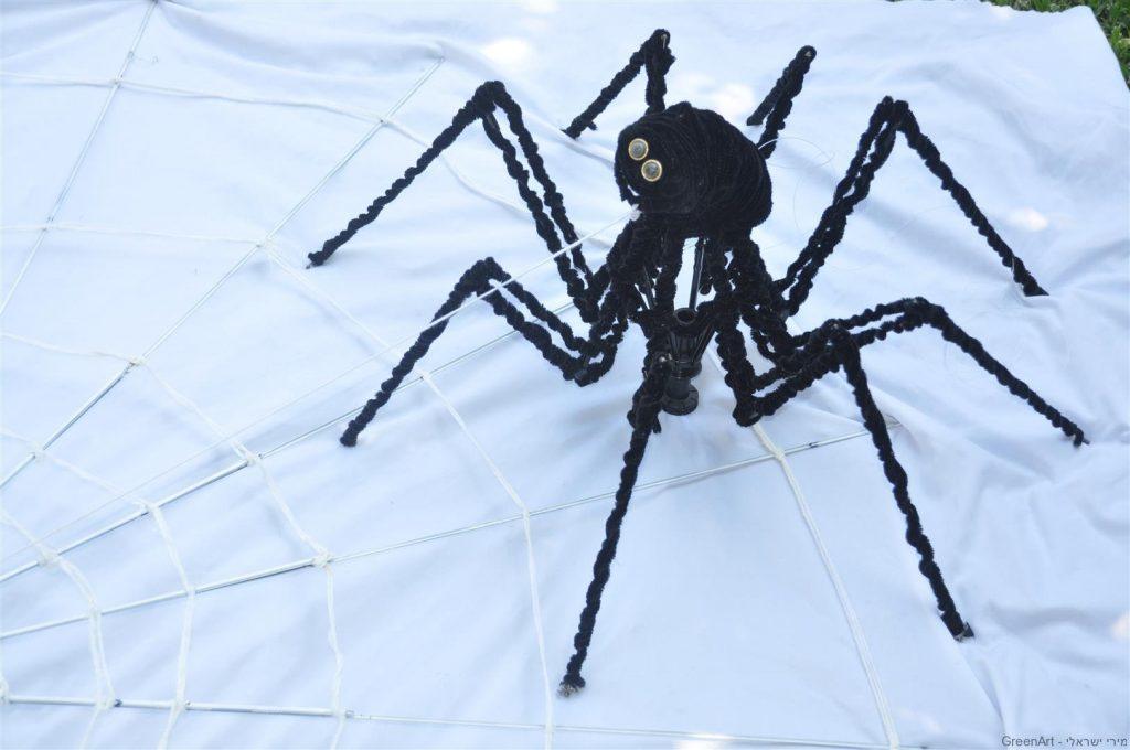 פיסול עכביש שיצרתי ממטריה מתקפלת ישנה