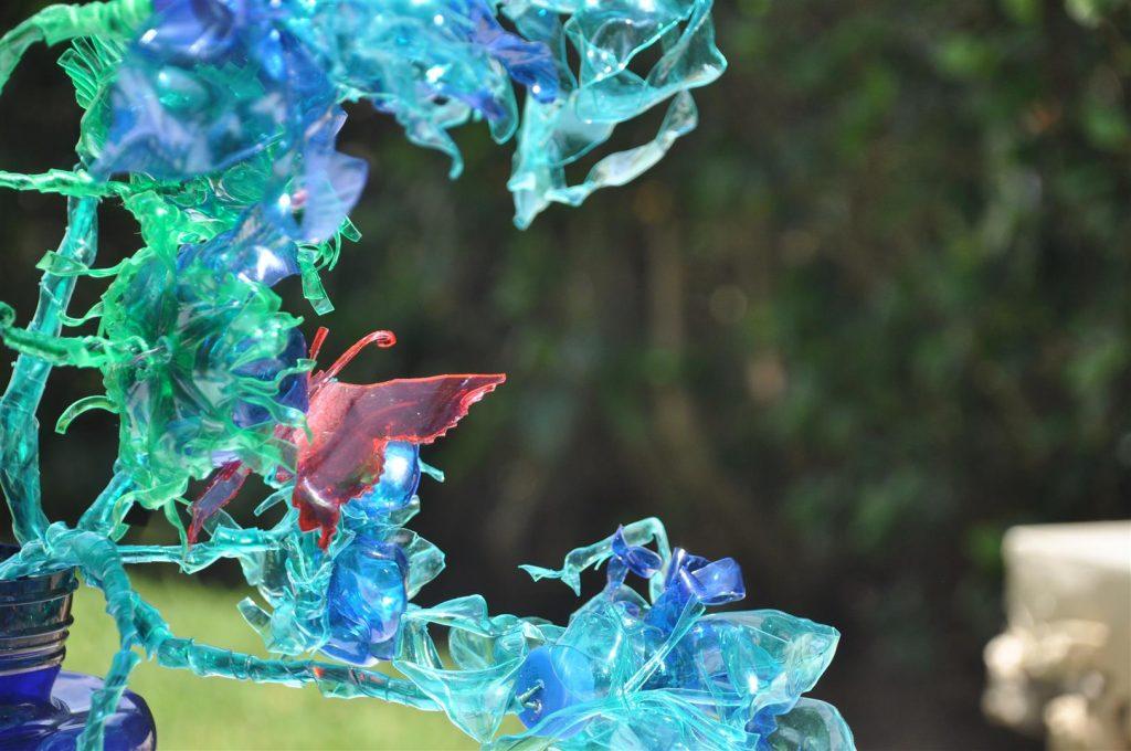 פיסול פרחים ופרפרים מפלסטיק הנראה זוהר כזכוכית