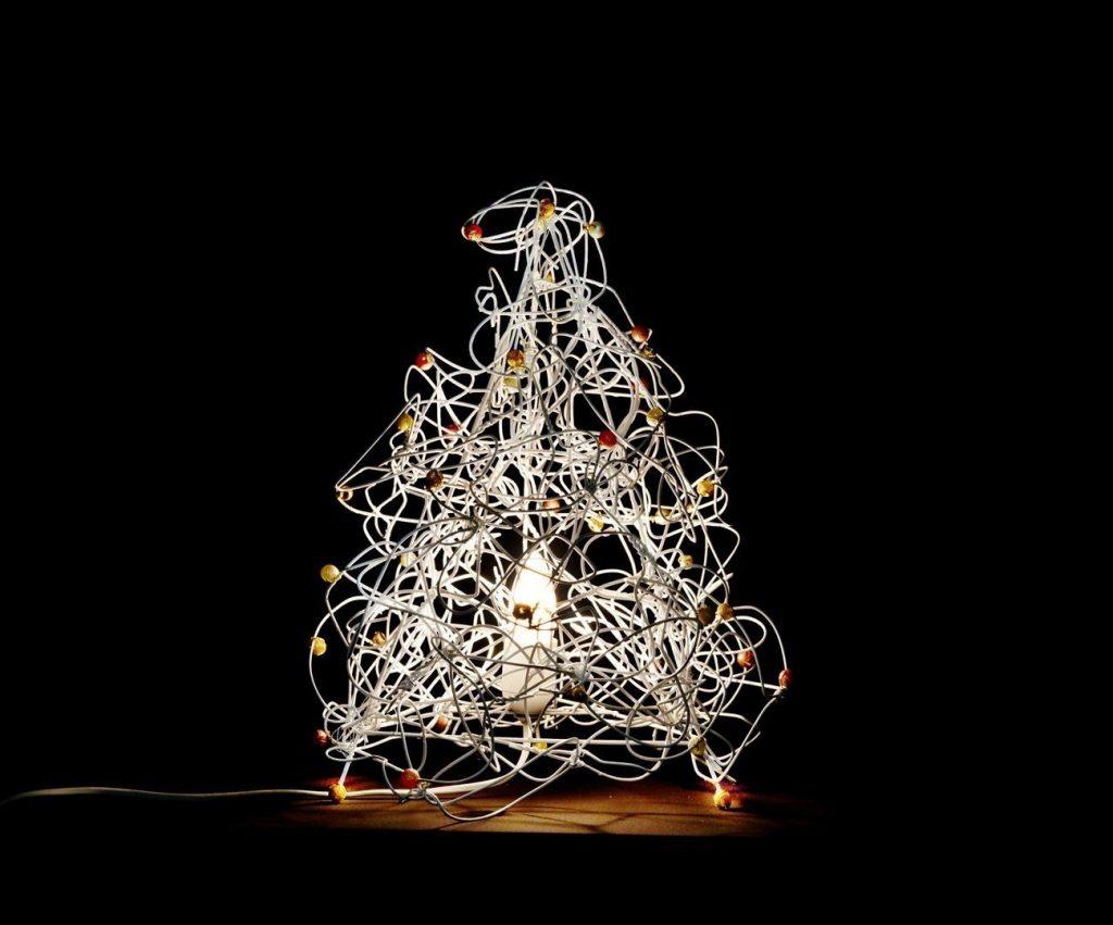 מנורה דקורטיבית מפוסלת מקולבי מתכת משומשים וחרוזים צבעוניים ECO ART