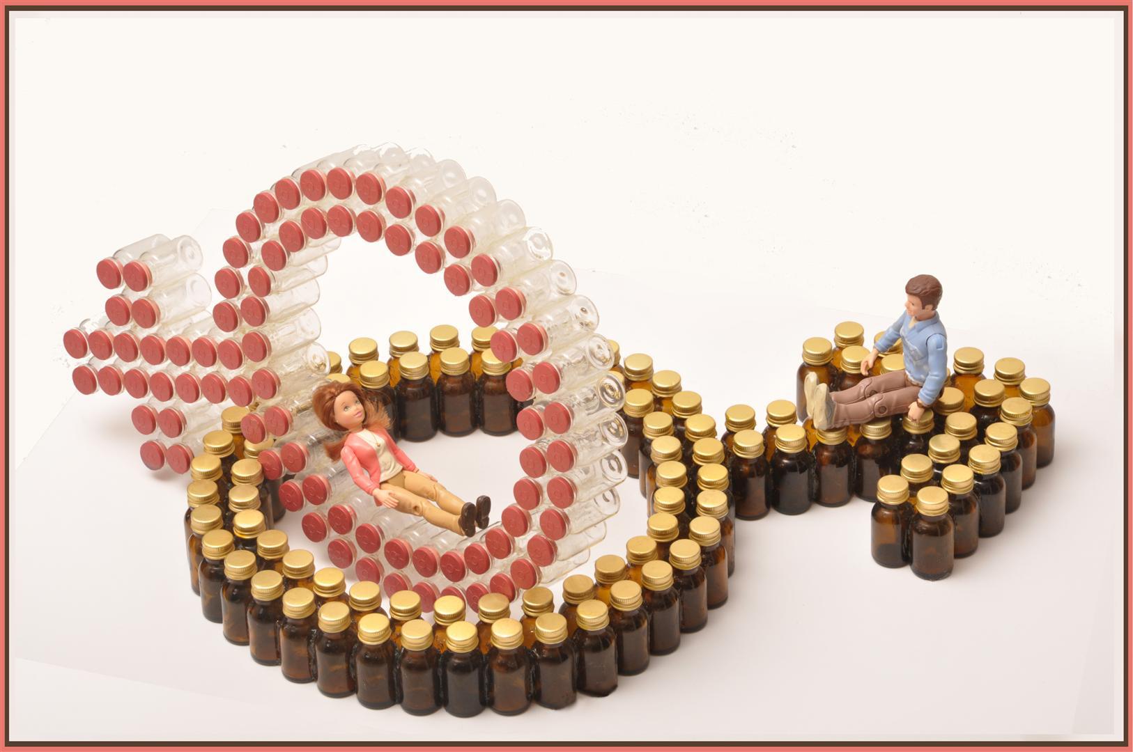 זוגיות שבירה - פיסול מבקבוקי זכוכית בשימוש חוזר