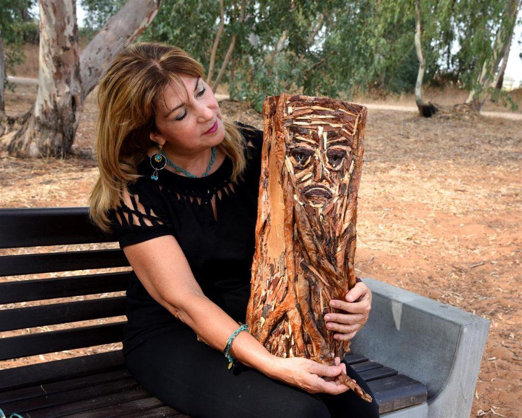 -אל נא תעקור נטוע-  יצירת אמנות המעניקה חיבוק ירוק לעצים - eco art