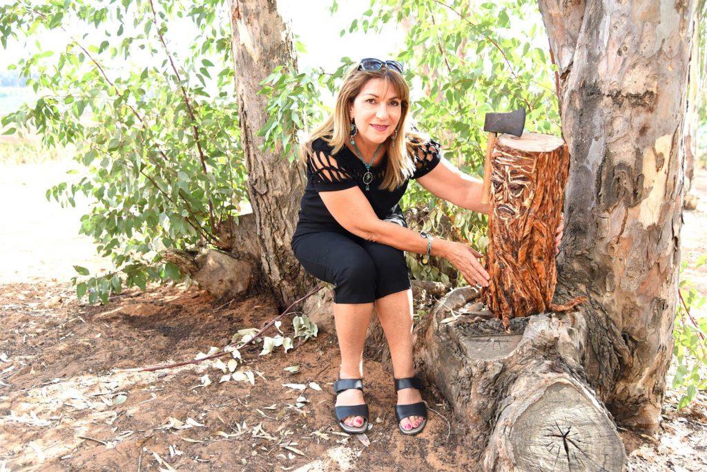 מירי ישראלי באמנות אקולוגית למען הפחתת כריתתם של העצים בטבע - eco art