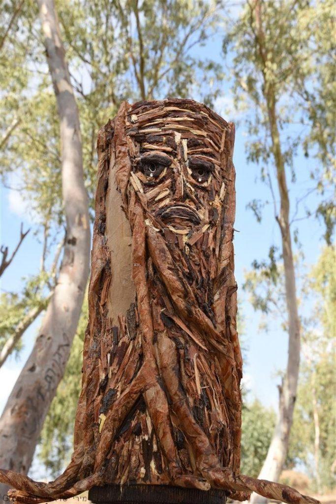 פיסול העץ הבוכה מקליפות עצים, קרטון ונייר ממוחזר - אמנות אקולוגית. Eco Art