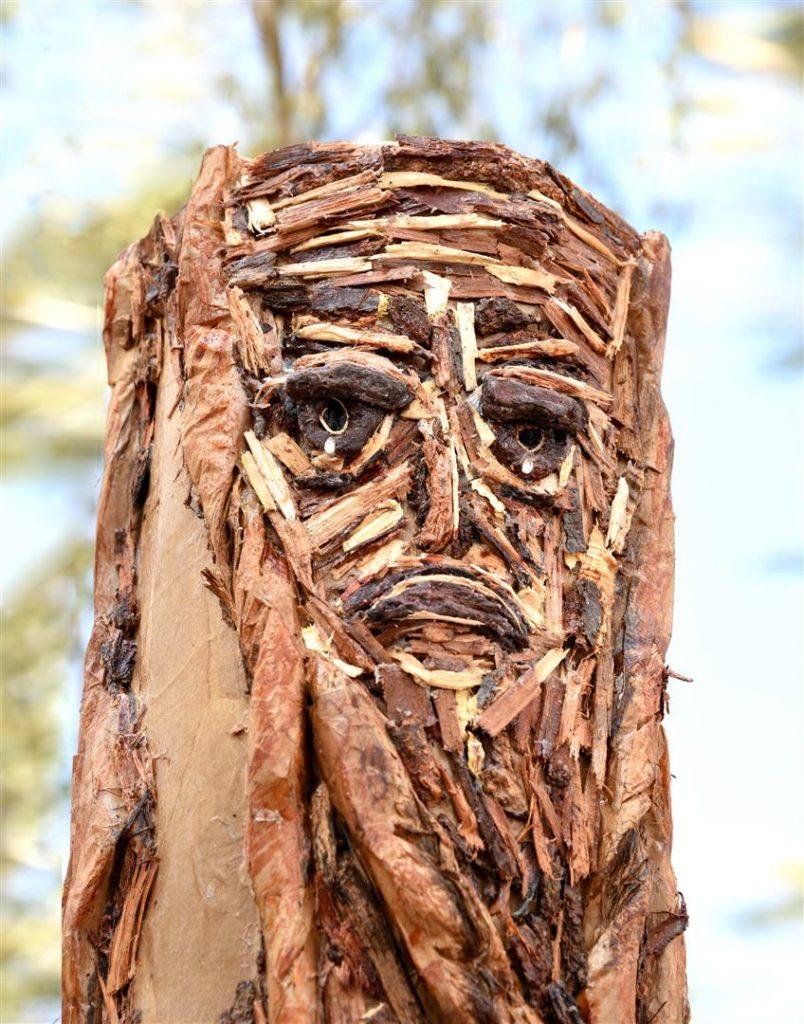 פיסול מקליפות עצים על בסיס קרטון ונייר ממוחזר- העץ הבוכה -the crying tree