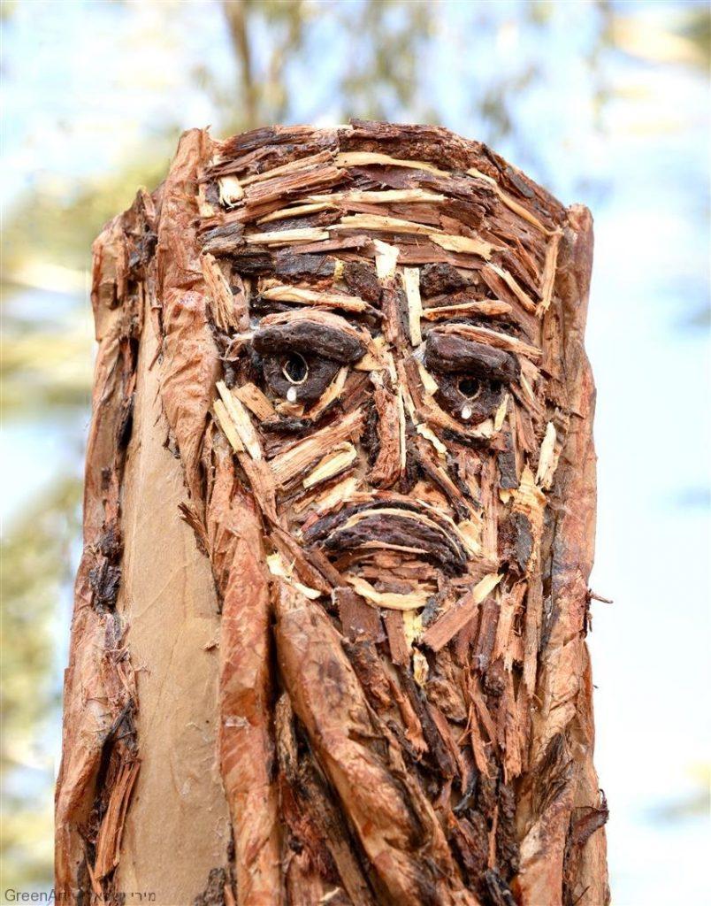 פיסול גזע עץ כרות מקרטון, נייר וקליפות עצים -אל נא תעקור נטוע- נגד כריתת העצים שנע