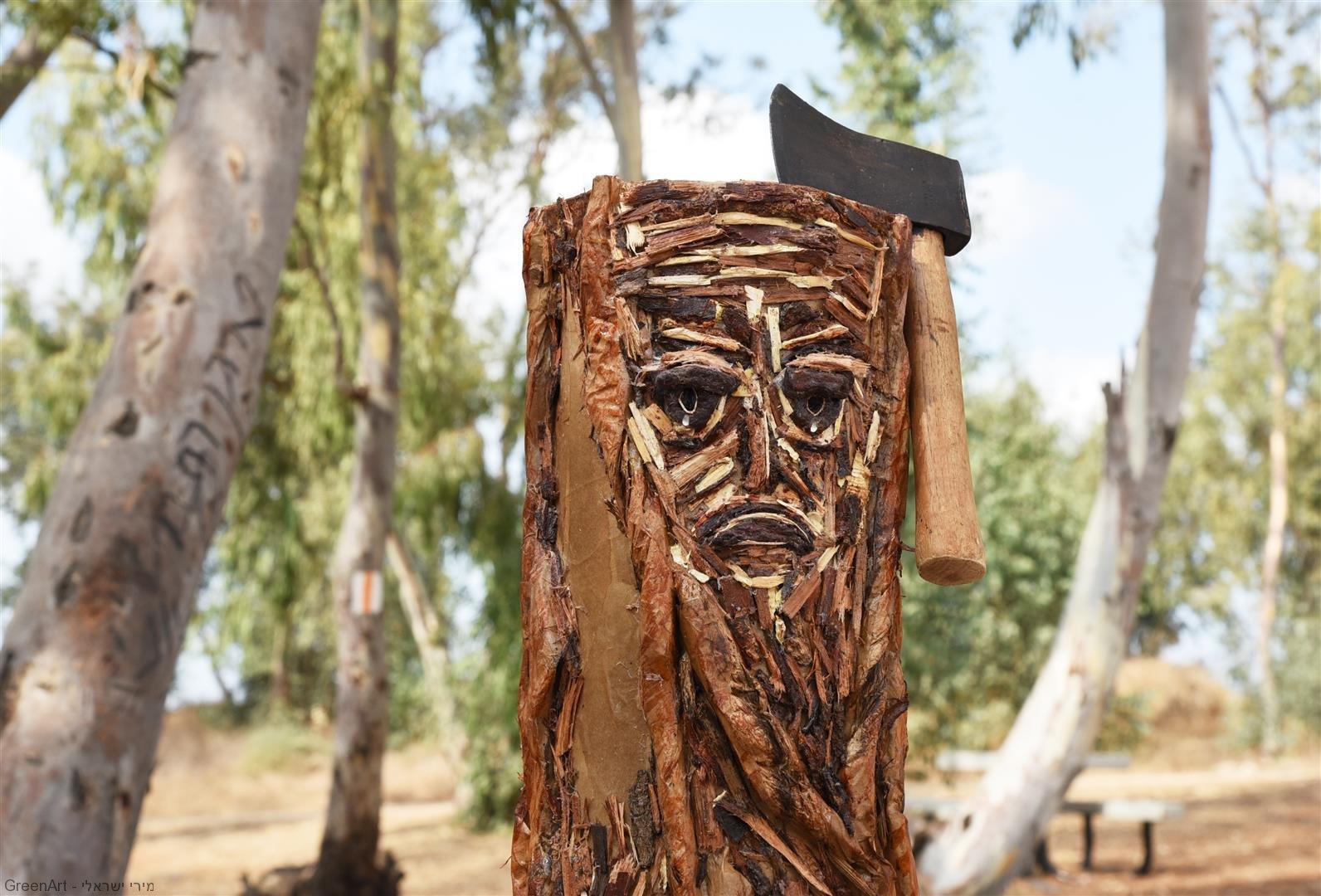 גרזן מונף על גזע העץ הבוכה- the crying tree כמסר נגד כריתתם של העצים שנעלמים מעולמינו