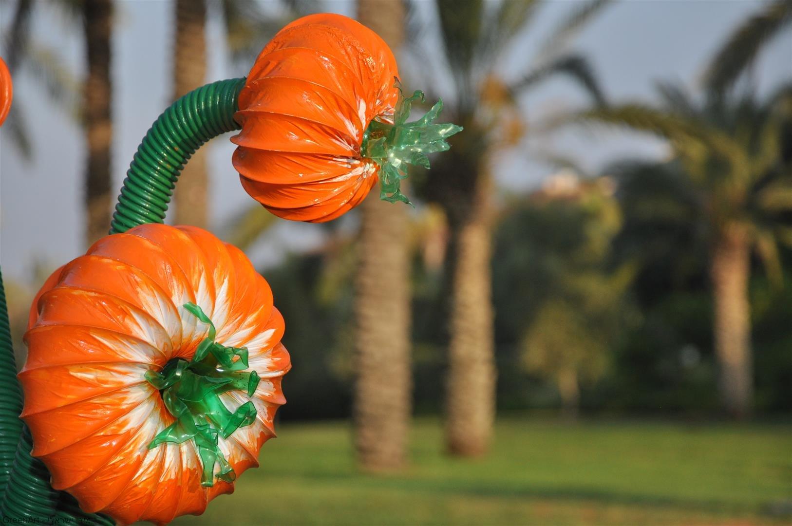 היצירה - פריחה מצינורות האדמה -  אמנות אקולוגית מפסולת פלסטיק