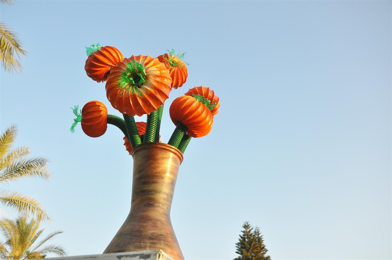 היצירה - פריחה מצינורות האדמה -  אומנות אקולוגית מפסולת פלסטיק